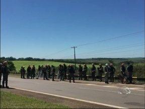 Índios invadem Fazenda da Brigada Militar em Passo Fundo, RS - Grupo pretendia acampar nas terras do estado para chamar atenção sobre demarcações