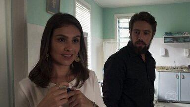 Tônia descobre que está grávida e pede sigilo a Renato - Ela avisa ao colega que voltará para Palmas