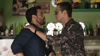 Gael descobre que Amaro pediu Estela em casamento e decide conversar com ele - Antes ele questiona Juvenal sobre as intenções do português