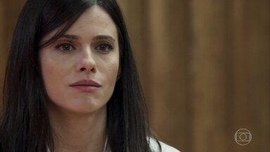 Alzira acusa Vinícius de violentar sua filha - Antero tenta denegrir a imagem da testemunha e desdenha da única prova apresentada pela mulher. Lorena fica incomodada e encara o marido no tribunal