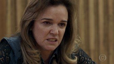 Lorena depõe contra Vinícius e pede perdão a Laura - Ela garante nunca ter desconfiado do marido porque o amava demais. Descontrolada, Lorena precisa ser contida no tribunal