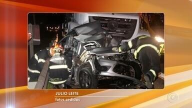 Mulher morre em acidente na rodovia Celso Charuri em Sorocaba - Um acidente entre dois caminhões e dois carros matou uma mulher na noite desta terça-feira (20), no quilômetro 6 da rodovia Celso Charuri, em Sorocaba (SP).