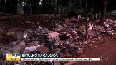 Entulho acumulado na Avenida Jornalista Roberto Marinho atrapalha passagem de pedestres - Problema é na esquina com a Rua Ribeiro do Vale. Prefeitura prometeu limpar a área até a próxima sexta-feira (23).