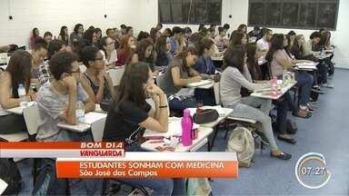 Estudantes se dedicam para conseguir vaga em faculdade de medicina - Curso é um dos mais concorridos.