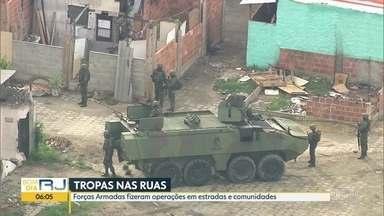 Forças Armadas fazem operações em estradas e comunidades do Rio - Na capital, as ações aconteceram em sete comunidades, como a favela Kalson's, as comunidades do Chapadão e da Pedreira, na Zona Norte e também em São Gonçalo. Onze pessoas foram presas.