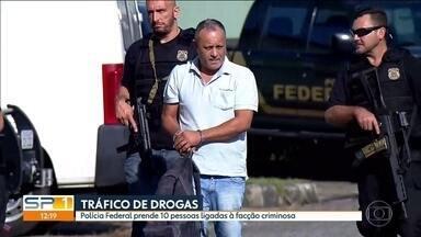 PF prende dez pessoas ligadas à facção criminosa - A Polícia Federal prendeu dez pessoas ligadas a uma facção criminosa, acusadas de tráfico de drogas. Também foram cumpridos 19 mandados de busca e apreensão.