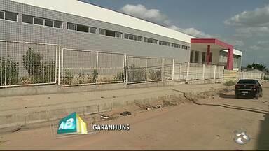 UPA de Garanhuns não funciona e local vira espaço abandonado - Unidade deveria estar funcionando há dois anos e meio