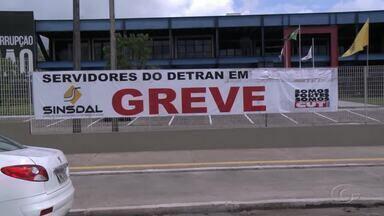 Servidores do Detran fazem carreata em direção ao Palácio do Governo - Eles estão em greve há 20 dias.