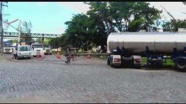 Acidente no Porto de Santos causa congestionamento na Via Anchieta - Um caminhão tanque bateu contra um poste, na Alemoa.