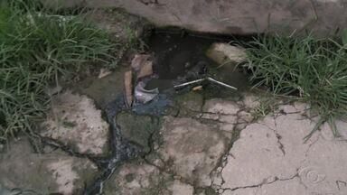 Fossa estourada prejudica moradores no Jacintinho - Comunidade local cobra uma solução.