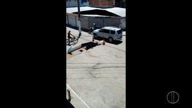 Buraco no bairro Jardim Esperança em Cabo Frio, Rj, aparece após asfalto ceder - Assista a seguir.
