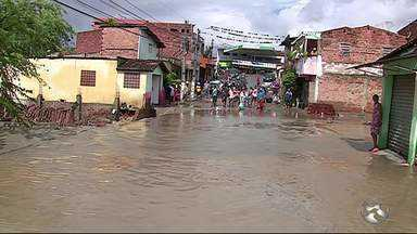 População tem casas invadidas e ruas ficam alagadas pelas chuvas em Bezerros - Segundo a Agência Pernambucana de Água e Clima (Apac), no município, choveu 95,63 milímetros em 12 horas.