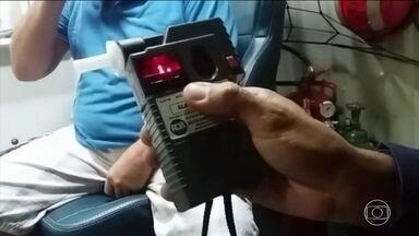 Aumenta número de motoristas flagrados embriagados nas estradas de Goiás - Em Goiás, só nos cinquenta primeiros dias do ano, 251 motoristas foram flagrados dirigindo bêbados em rodovias federais que cortam o estado. Um aumento de 15%, com relação ao mesmo período do ano passado.