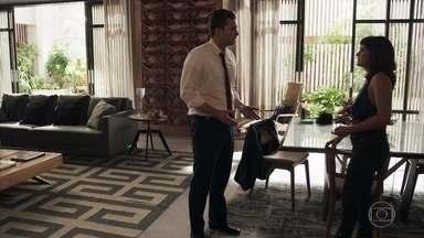 Patrick diz a Clara que Vinícius foi assassinado na prisão - Clara se sente culpada e decide ir conversar com Mercedes