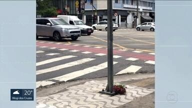 Mãe do jovem que morreu eletrocutado no carnaval de rua na capital foi ouvida pela polícia - Depois de depositar flores no poste onde o jovem foi eletrocutado, a mãe do jovem Lucas Lacerda foi ouvida pela polícia.