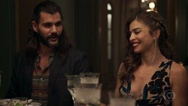 Sophia tenta disfarçar o choque ao descobrir que Mariano é o namorado de Lívia - Gael implica com o garimpeiro. Lívia estranha o comportamento de Mariano, que não para de falar durante o jantar. Tomaz aprova o relacionamento da mãe