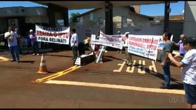 Manifestantes fazem protesto em frente a condomínio do prefeito Marcelo Belinati - Eles protestaram contra o valor do IPTU.