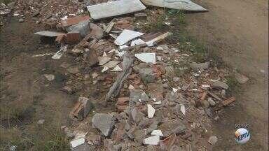 Lixo em terreno no bairro Santa Felícia em São Carlos, SP, prejudica moradores do bairro - Eles se queixam que a situação do local já está crítica há um ano.