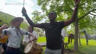 Mumuzinho participa de churrasco gaúcho - Ele conversa com músicos que mantém viva a cultura gaúcha e se diverte
