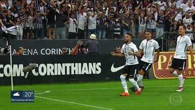 Corinthians vence clássico contra o Palmeiras - Diante de 42 mil torcedores na Arena em Itaquera, Corinthians derrota rival por 2 a 0 e acaba com invencibilidade palmeirense no ano