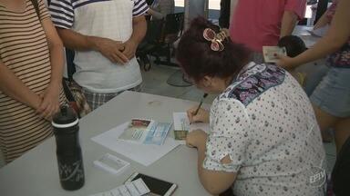 Valinhos e Indaiatuba fazem mutirão de vacinas contra a febre amarela - Segundo a Secretaria da Saúde, em Valinhos (SP) cerca de 3 mil pessoas foram vacinadas. A estimativa para Indaiatuba é de 11 mil pessoas vacinadas.