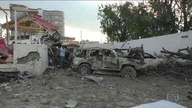 Atentado com 2 carros-bomba deixam 45 mortos e 33 feridos na Somália - Ataques, reivindicados pelo grupo islâmico Al-Shabbab foram na noite dessa sexta em frente ao palácio presidencial a um hotel da capital Mogadíscio.