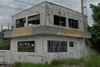 Base abandonada em Jundiapeba é alvo de reclamação - Local foi desativado em 2013 e comerciantes de Mogi das Cruzes afirmam que prédio abriga ladrões e usuários de drogas.