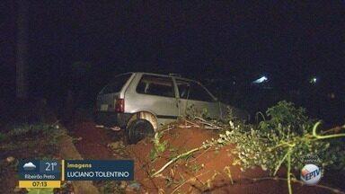 Suspeitos de roubar carro são apreendidos após perseguição em Jardinópolis, SP - Motorista perdeu o controle da direção e veículo caiu em uma ribanceira.
