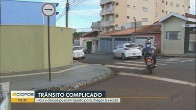 Motoristas desrespeitam sinalização em cruzamento no Jardim Paulista em Ribeirão Preto - Trânsito fica congestionado todas as manhãs entre as ruas Itararé e Carlos Chagas.