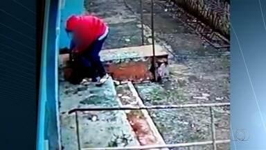 Aluno é esfaqueado durante assalto dentro de colégio estadual em Itaberaí - Nas imagens, uma pessoa mascarada entra na unidade, pega o celular da vítima e o atinge várias vezes no ombro.