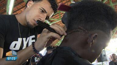 Batalha de barbeiros anima a comunidade de Itinga, em Lauro de Freitas - O talento que transforma as cabeças do bairro foi aclamado pelas torcidas.