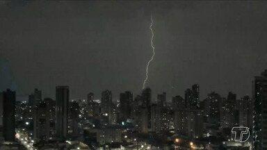Usar eletrônicos conectados a tomadas durante chuvas pode ocasionar acidentes - Durante o período chuvoso a incidência de raios é maior e, consequentemente, o risco de descargas elétricas aumenta. Um jovem morreu no fim de semana depois de usar o celular conectado na tomada.