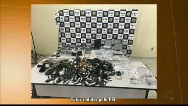 Família suspeita de roubar joalherias em vários estados brasileiros é presa pela PRF - Pai, mãe e filho foram flagrados com vários objetos roubados.
