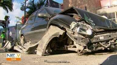 Batida entre dois carros deixa um morto e feridos na BR-101 - Acidente aconteceu próximo do Ceasa.