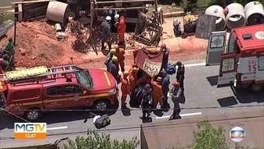 Bombeiros tentam reanimar homem soterrado em Betim, na Grande BH - Houve um acidente durante uma escavação de tubulação de gás na Avenida Edméia Matos Lazzarotti.