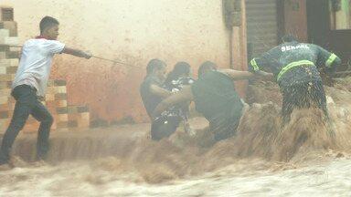 Alagamentos e resgate de mãe e filhos são registrados durante chuva forte em Santarém - Família ficou presa em casa no bairro Santarenzinho quando a enxurrada começou a invadir o imóvel. Moradores usaram uma corda para salvar os três.
