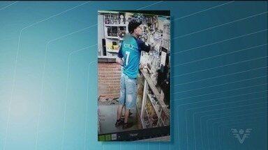 Polícia procura suspeito por roubos na Vila Áurea - Ele foi gravado por câmeras de monitoramento em um dos crimes.
