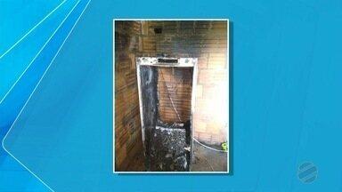 Carro e residência pegam fogo na região pantaneira de MS - A dona da casa disse aos bombeiros que havia colocado uma vela em cima da geladeira e isso provocou o incêndio.