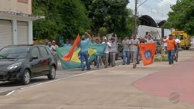 Funcionários de empresa siderúrgica protestam em frente à Justiça do Trabalho de Corumbá - Eles reclamam dos problemas que enfrentam na empresa.