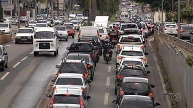 Chuva causa engarrafamentos e trânsito lento em Goiânia - Motoristas precisa redobrar a atenção ao ir para o trabalho ou para casa.