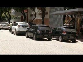 Parar em fila dupla é infração de trânsito e causa problemas no dia a dia da população - Situação é comum em várias cidades.