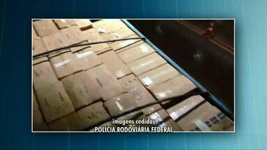 Polícia Rodoviária Federal apreende carga de cigarros - A mercadoria estava em uma carreta com placas falsas.