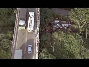 Acidente na BR-381 deixa mortos em João Monlevade, na Região Central - Segundo a PRF, caminhão desgovernado bateu em veículos no km 351. Rodovia chegou a fechar, mas às 17h20 foi liberada, segundo PRF.