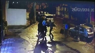 Imagens mostram assalto que acabou na morte de um advogado no Rio de Janeiro - Na segunda-feira (26), dois bandidos atiraram em Marcos Gil de Souza, de 43 anos. Por enquanto, ninguém foi preso.