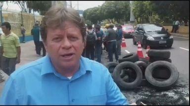Motoristas do transporte alternativo de Manaus fazem protesto em frente à Prefeitura - Manifestantes pedem revogação do cancelamento de processo licitatório que deixou parte de trabalhadores da área sem atuarem legalmente, em 2014.