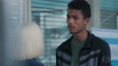 Anderson diz a Tina que foi chamado para doar plaquetas - Tina fica surpresa com a coincidência e imagina que o namorado tenha doado para Mitsuko