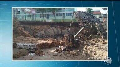 Maré sobe mais de 3 metros e destrói orla da Praia do Coqueiro - Maré sobe mais de 3 metros e destrói orla da Praia do Coqueiro