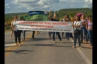 Professores da rede municipal de Paragominas em greve fecham trecho da BR-010 - Protesto foi contra decreto assinado pelo prefeito que obriga categoria a voltar ao trabalho.