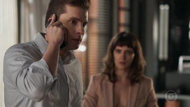 Patrick afirma a Maíra que vai ajudar Leandra - Cleio passa o número do telefone de Clara para as meninas do bordel