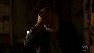 Josafá não sabe como contar para Mercedes que Cleo está trabalhando no bordel - A jovem sai de casa escondida durante a madrugada